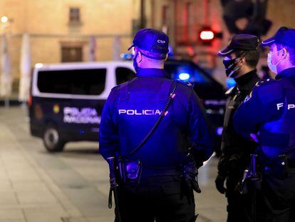 Tres policías nacionales en Salamanca, el 24 de octubre de 2020, la primera noche con toque de queda en Castilla y León.
