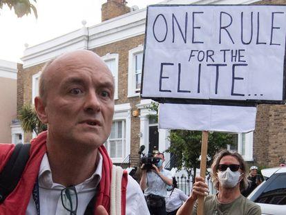 Protesta a la llegada de Dominic Cummings a su vivienda de Londres, el lunes.