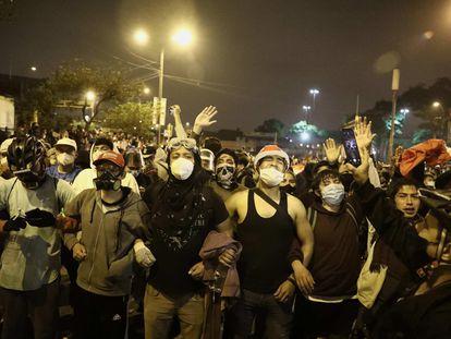 Decenas de personas participan en una multitudinaria marcha en Lima, el pasado 14 de noviembre.