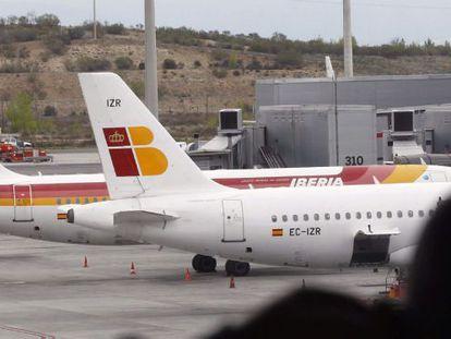 Un viajero observa los aviones del Aeropuerto de Barajas, en la T4.