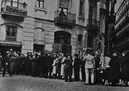 Votants fent cua, entre ells diversos grups de dones, al davant d'un col·legi electoral, a la plaça de Sant Pere de Barcelona, en 1933.