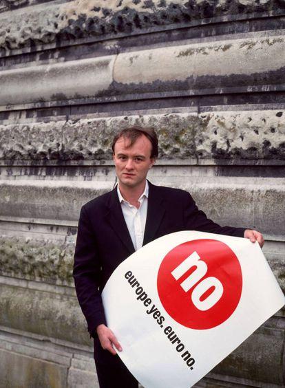 """Un joven Dominic Cummings sujeta un póster donde se puede leer """"Sí a Europa, no al euro"""" en 2001."""
