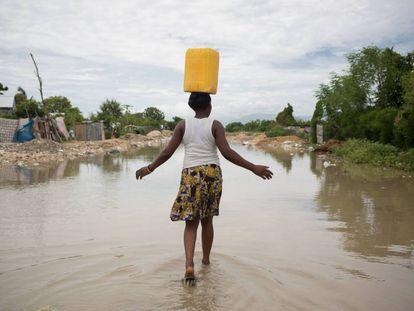 Una mujer en una zona inundada en Puerto Príncipe, tras el paso del huracán Matthew por Haití.