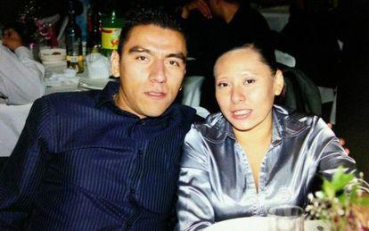 Alan Omar Atiencia con su esposa, Guadalupe Karen Morales.