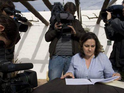 FOTO: Resurrección Galera, la profesora de religión que no fue renovada en 2001 en un colegio público a petición del Obispado de Almería. / VÍDEO: Declaraciones de Amalia Robles, abogada de Galera.