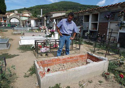 Yash Paul Gosain, bisnieto de Pilar Espinosa Camacho, observa el nicho en el que estaba enterrada su bisabuela hasta el pasado 29 de julio. A sus pies, la tumba de la madre del alcalde de Poyales del Hoyo, que ordenó la exhumación; al fondo a la derecha, la fosa común donde fueron trasladados los restos.