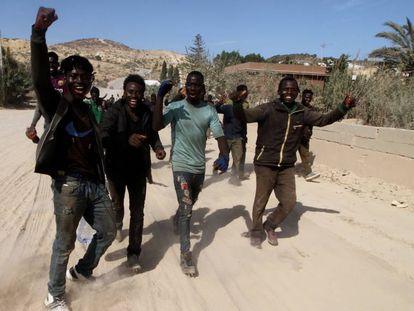 Un grupo de inmigrantes, tras saltar la valla de Melilla el pasado septiembre.
