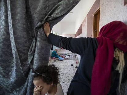 Un grupo de mujeres desplazadas, en un colegio de un barrio de Trípoli.