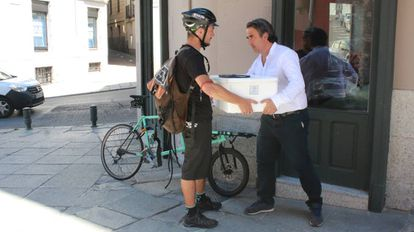 Pedro Castro, empleado de Cleta, entrega un pedido en un restaurante de Madrid