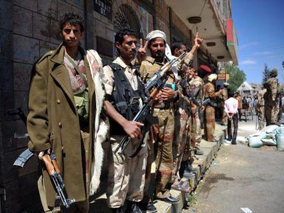 Soldados desertores montan un control en los accesos a la manifestación convocada hoy contra el gobierno en Saná, Yemen,