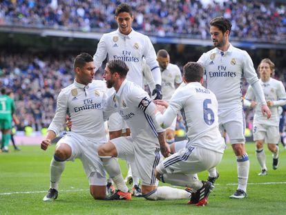 Sergio Ramos celebra su primer gol junto a Nacho y Henrique Casemiro.
