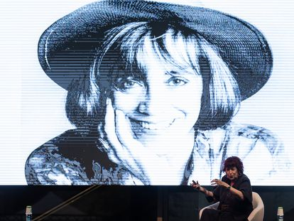 La fotógrafa Pilar Aymerich ayer en el CCCB, junto a uno de los retratos más conocidos que le realizó a Montserrat Roig.