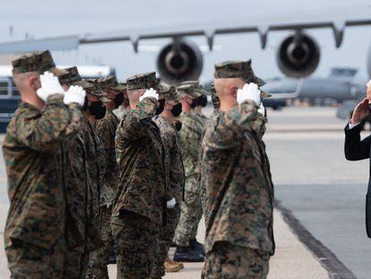 El presidente Joe Biden saluda a un grupo de militares, este domingo, en la base estadounidense de Dover (Delaware).