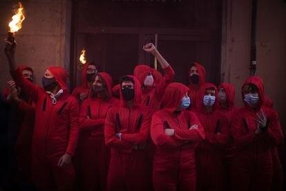 Activistas por el derecho a la vivienda disfrazados con petos rojos consiguen parar un desahucio en Barcelona.