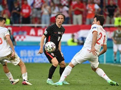 Modric lanza un pase entre Pedri y Oyarzabal
