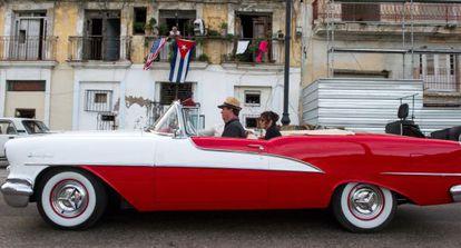 Banderas de Cuba y EE UU en un balcón de La Habana, el 19 de diciembre.