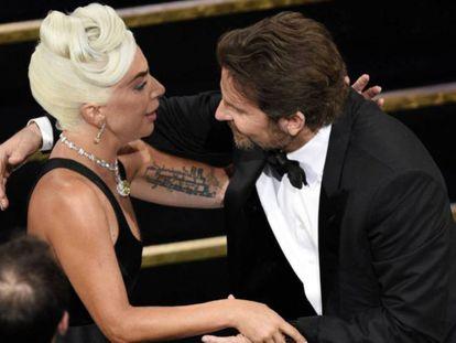 Bradley Cooper felicita a Lady Gaga tras ganar el Oscar a mejor canción. En vídeo, los cinco mejores momentos de la gala.