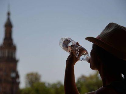 Una mujer bebe agua el pasado sábado en Sevilla, en plena ola de calor.