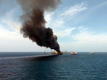 Una columna de humo tras el incendio en la plataforma de Pemex en el Golfo de México.