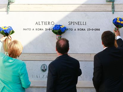 Angela Merkel, François Hollande y Matteo Renzi frente a la tumba de Altiero Spinelli, en agosto de 2016.