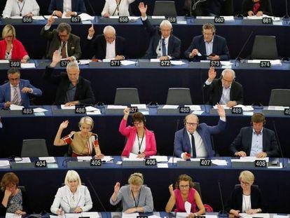 Votación en el Parlamento Europeo el pasado miércoles en Estrasburgo. En vídeo, Orbán defiende sus controvertidas medidas.