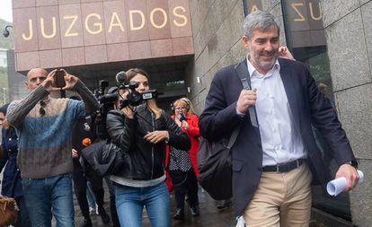 El presidente de Canarias, Fernando Clavijo, abandona los juzgados este miércoles.