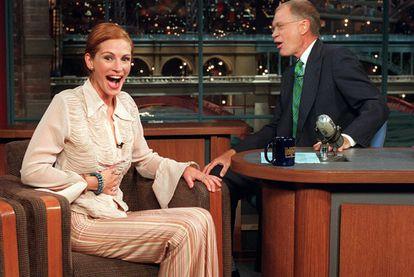 La actriz Julia Roberts, junto al presentador Robert Letterman, en un momento del programa de televisión 'The Late Show with David Letterman