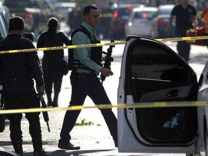 Un policía visita el lugar del atentado.