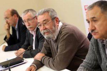 De i a d, el secretario general de CCOO en Cataluña, Joan Carles Gallego; el secretario general de CCOO, Ignacio Fernández Toxo; el secretario general de UGT, Cándido Méndez, y el secretario general de UGT en Cataluña, Josep Maria Álvarez, en la conferencia de prensa conjunta ofrecida hoy en Barcelona.