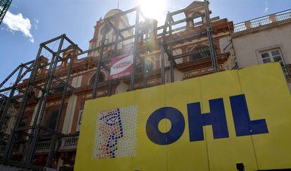 Un cartel de OHL frente al Ayuntamiento de Almería.