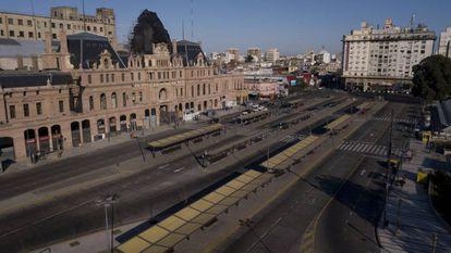 La terminal de trenes y buses de Plaza Constitución, desierta por la huelga general convocada por la CGT contra Macri.