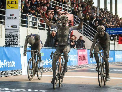 Colbrelli levanta los brazos, ganador, entre Van der Poel, a la izquierda, y Vermeersch.
