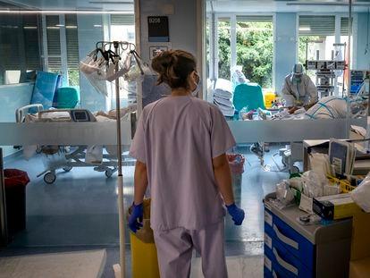Sanitarios en una zona de cuidados intensivos de pacientes de covid en el Hospital Clínico de Valencia.