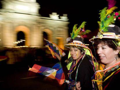 La bandera andina wiphala ondea frente a la Puerta de Alcalá de Madrid.