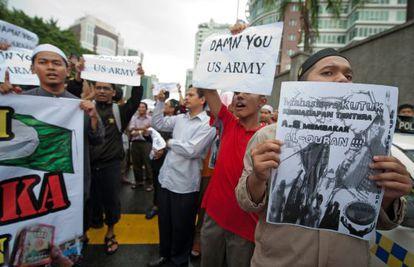 Manifestantes ante la Embajada de EEUU en Kuala Lumpur, Malasia, este viernes.