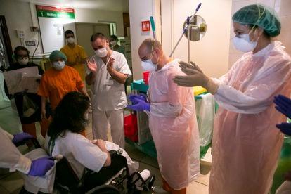 Una paciente recibe el alta de la UCI después de casi un mes en la unidad.