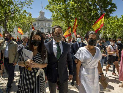 El líder de Vox, Santiago Abascal, rodeado de banderas de sus seguidores en el Tribunal Supremo, el pasado 24 de junio.