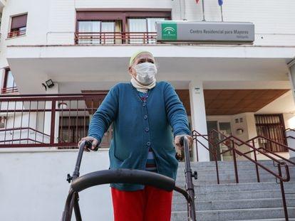Una anciana sale de una residencia sevillana durante el segundo día en que se les permitió salir a pasear, en febrero.