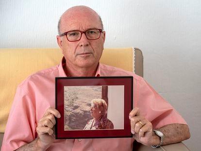 Miguel Vázquez, presidente de la asociación de defensa de mayores de residencias Pladigmare, posa con una foto de su madre, Eugenia Sarti, cuya mala experiencia en un hogar de mayores originó su activismo.