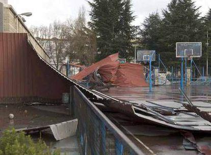 Cubierta y fachada caída sobre las canchas de baloncesto del pabellón de los Remedios, en Ourense.