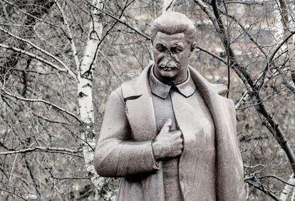 Escultura deteriorada de Stalin en el parque Muzeón de Moscú.
