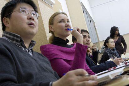 Alumnos de español en un aula de la Escuela Oficial de Idiomas Jesús Maestro.