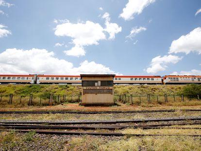Un tren de pasajeros SGR pasa por la ciudad de Sultan Hamud, Kenia, el 13 de febrero de 2019.