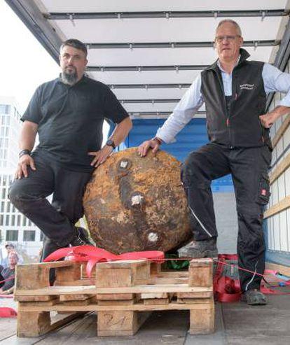 Los artificieres Dieter Schwetzler y Rene Bennert tras desactivar la bomba.