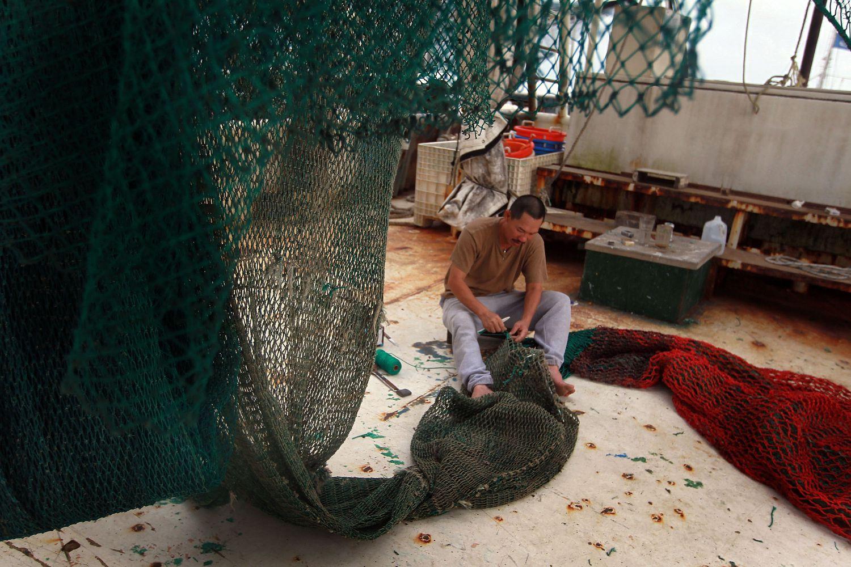 Un pescador en uno de los barcos camaroneros del Golfo de México.