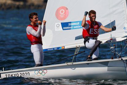 Jordi Xammar y Nicolás Rodríguez de España celebran tras ganar medalla de bronce en el 470 en los Juegos Olímpicos de Tokio. EFE/ Lavandeira Jr