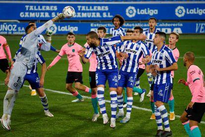 Pacheco despeja un balón durante el duelo ante el Barça.