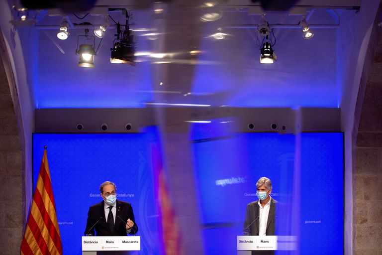 El presidente de la Generalitat, Quim Torra, junto al director de Salud Pública, Josep Maria Argimon (d), en una rueda de prensa