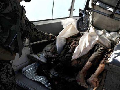 Un militar cubre los cuerpos de los autores del ataque.