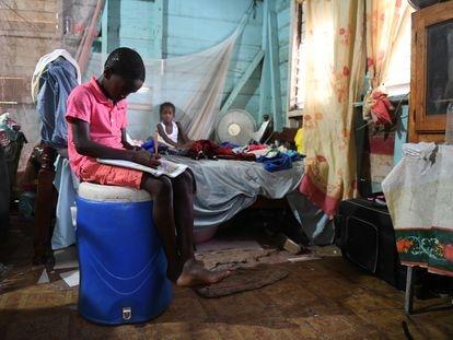 Joel Young, de 11 años, estudia subido a un barril en su casa, en Little Bay (Jamaica), durante la pandemia.